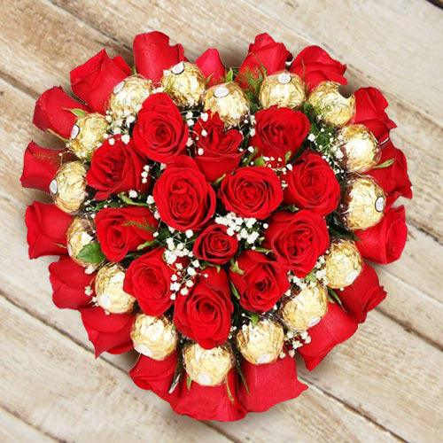 Delightful Heart Shaped Arrangement of Roses N Ferrero Rocher Chocolate